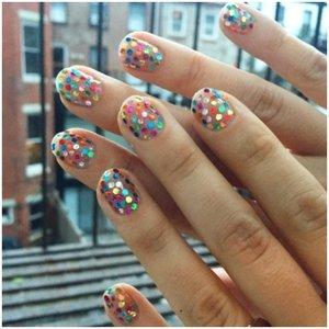 Разночцетные блестящие точки на ногтях