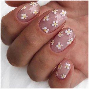 Ромашки из точек на ногтях