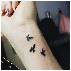 Татуировка птички на руке