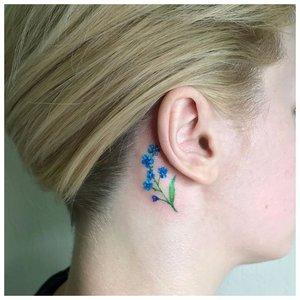 Цветы за ухом - цветная мини татуировка