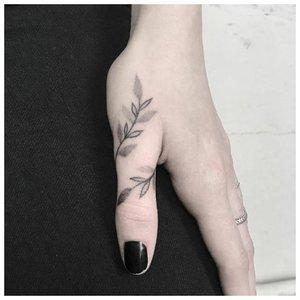 Веточка на кисти - идея для татуировки