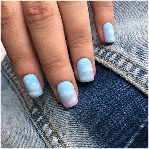 Небесно-голубые градированные ногти