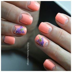 Оранжевый маникюр с прозрачными лунками и цветами