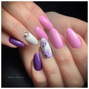 Розово-фиолетовые ногти с дизайном