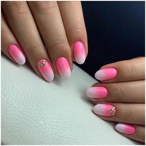 Розово-белые ногти со стразами