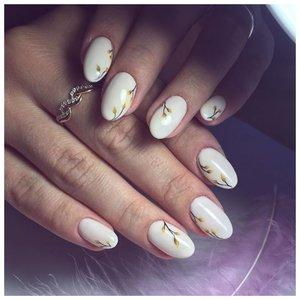 Белые ногти с цветочками