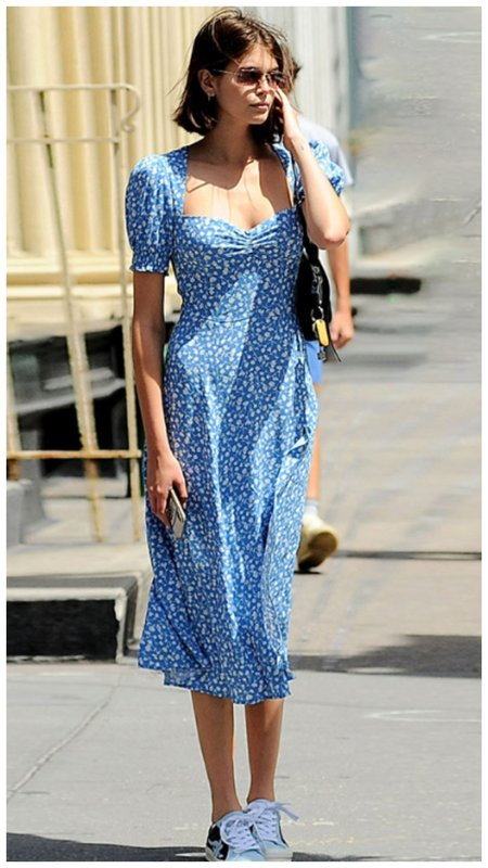 Кайа Гербер в синем платье