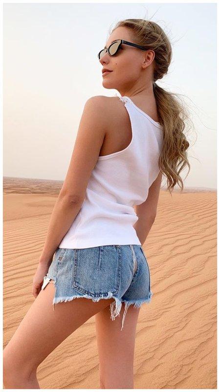 Кристина Асмус в джинсовых шортах