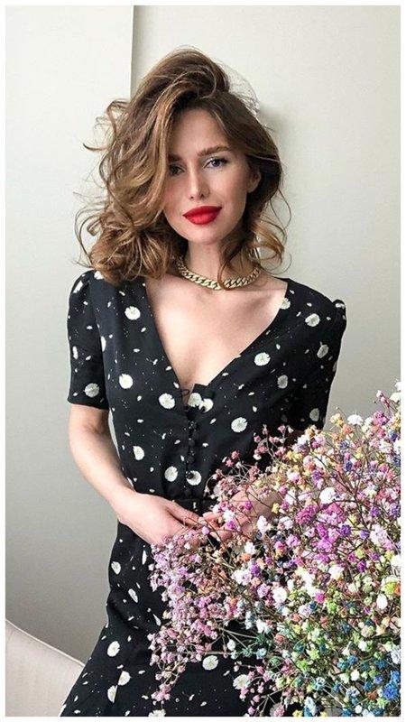 Алекса в черном платье
