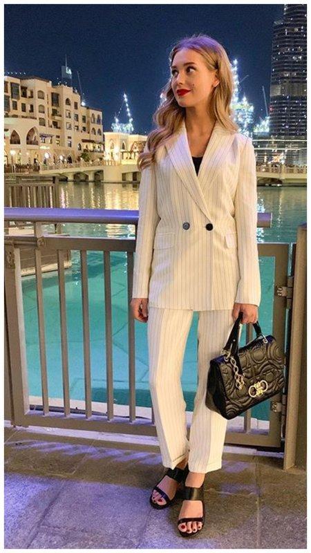 Кристина Асмус в белом костюме