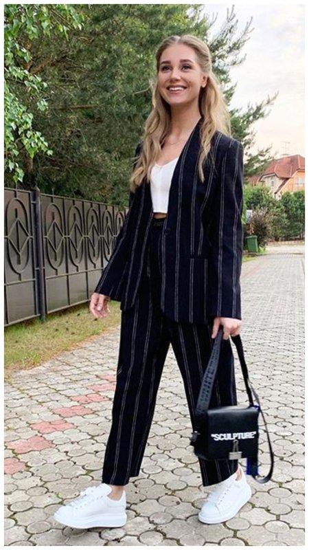 Кристина Асмус в костюме в полоску