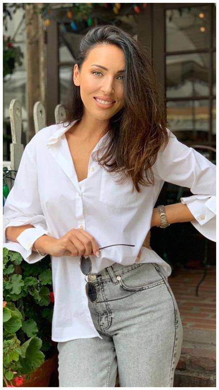 Алсу в рубашке и джинсах