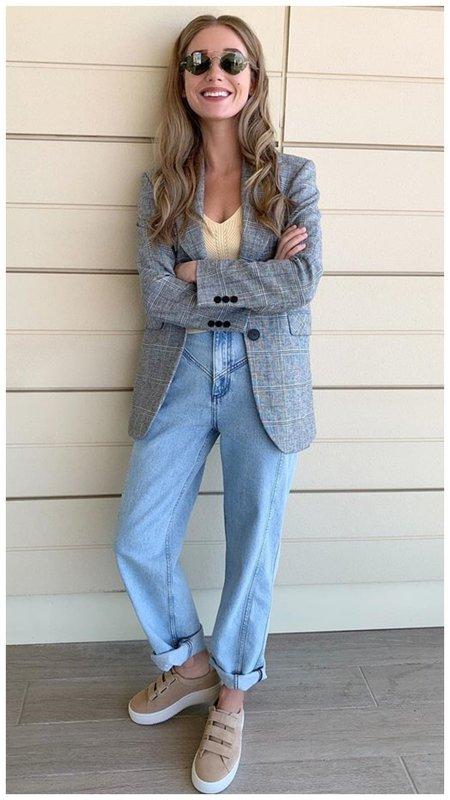 Кристина Асмус в красивом повседневном наряде с пиджаком и джинсами
