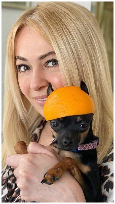 Яна Рудковская с собакой