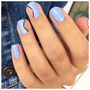 Васильковый оттенок на ногтях