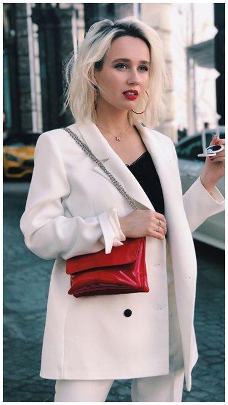 Клава Кока в классическом белом костюме