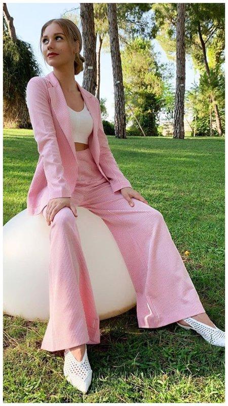 Кристина Асмус в розовом костюме