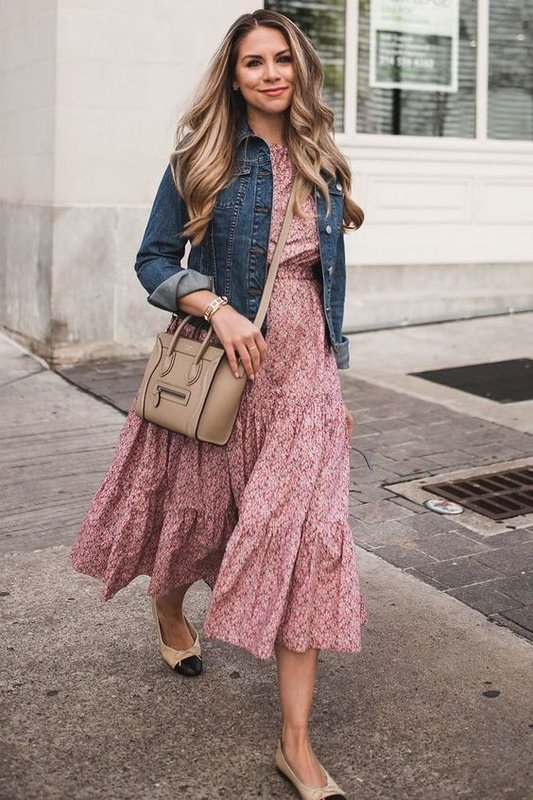 Платье с цветами и джинсовая куртка