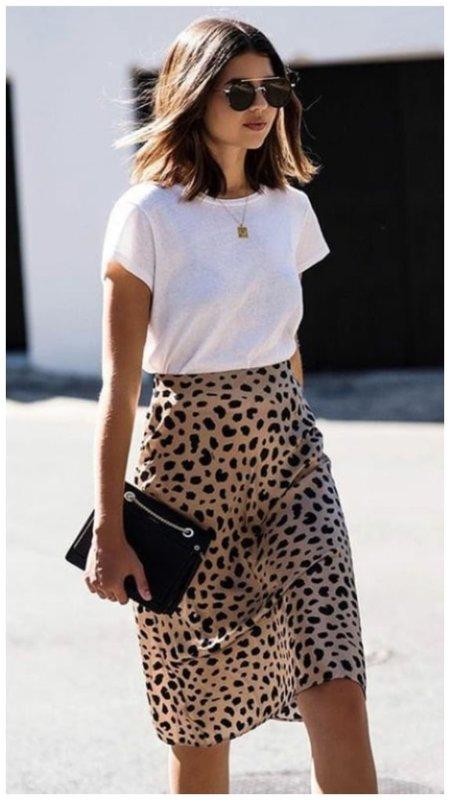 Белая футболка и леопардовая юбка
