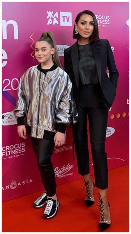 Алсу в черном костюме с дочкой