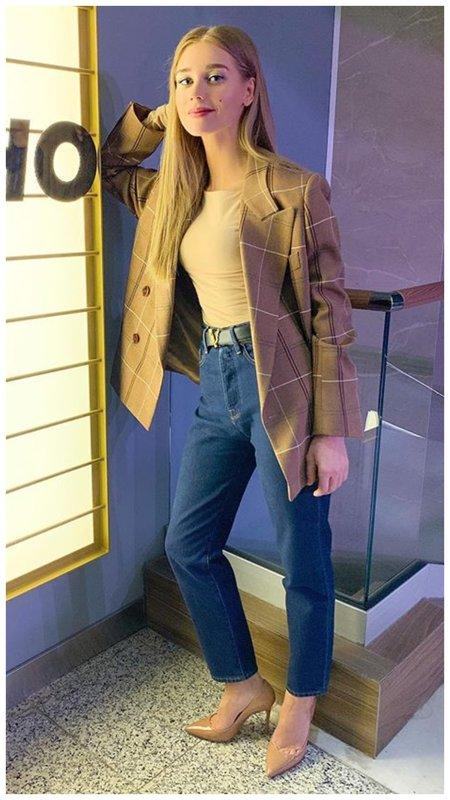 Кристина Асмус в красивом повседневном наряде с пиджаком
