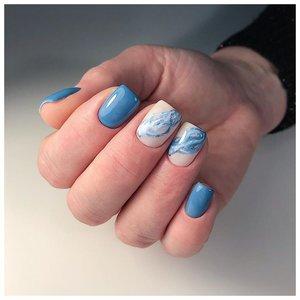 Бело-голубой маникюр в морском стиле