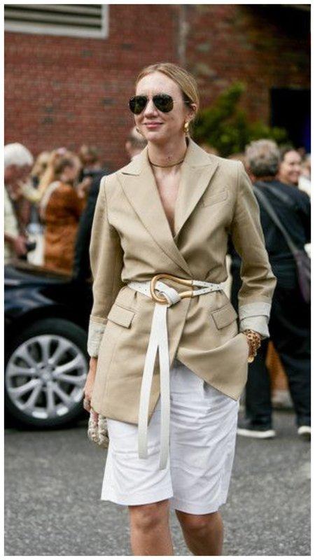 Красивый образ с пиджаком и ремнем