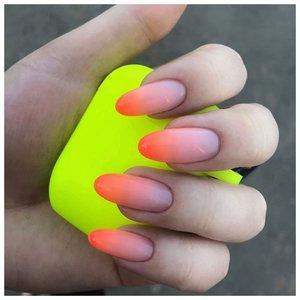 Оранжевые ногти на лето с дизайном градиент