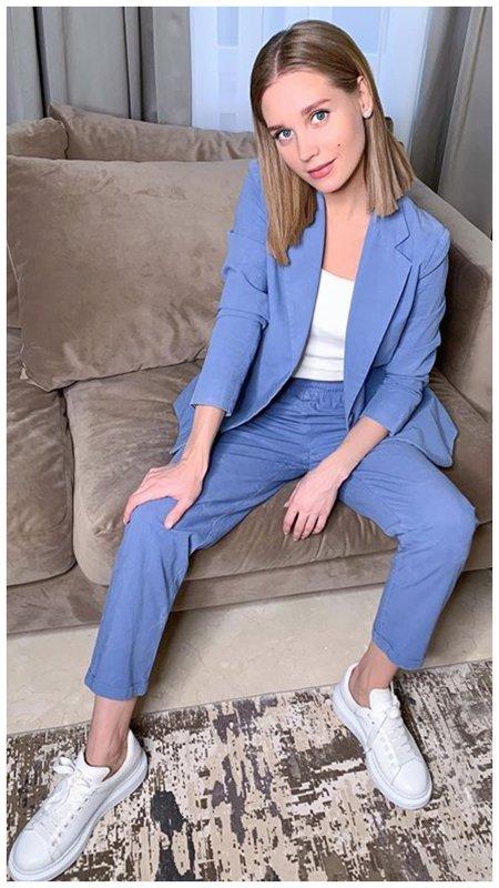 Кристина Асмус в красивом васильковом костюме