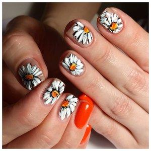 Красивые оранжевые ногти с ромашками