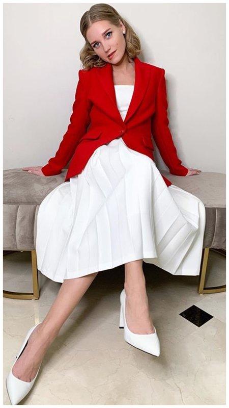 Кристина Асмус в белом платье и красном жакете