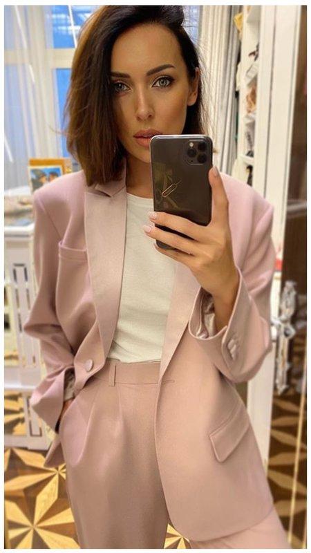 Алсу в модном бледно-розовом костюме