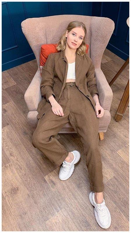 Кристина Асмус в стильном коричневом костюме