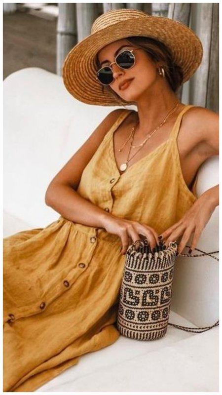 Девушка в сарафане и шляпе