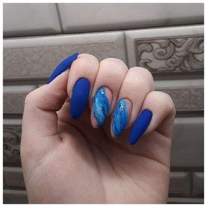 Длинные синие ногти с дизайном в морском стиле