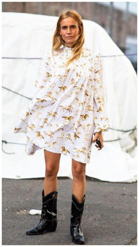 Легкое летнее платье с сапогами