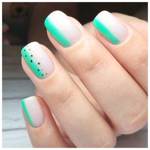 Легкий дизайн на светлых ногтях