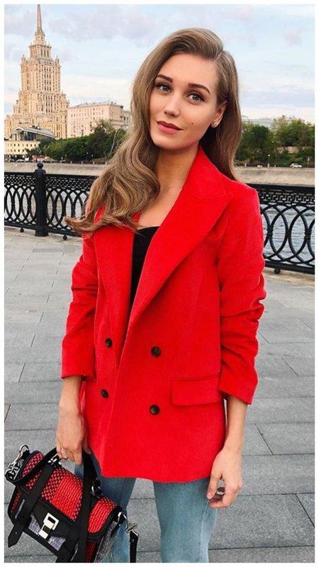 Кристина Асмус в стильном красном жакете