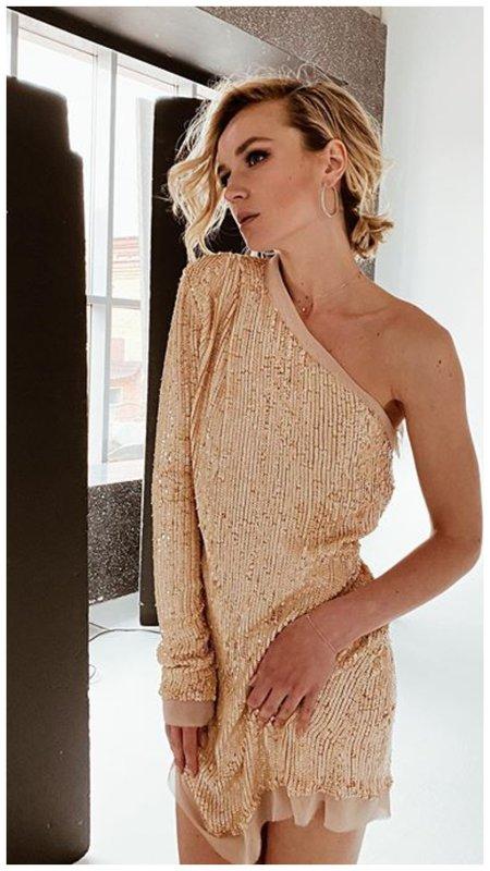 Полина Гагарина в золотом платье