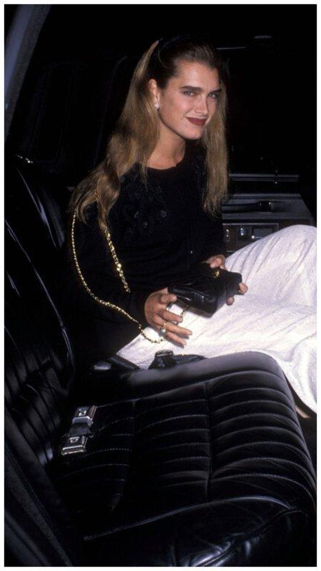 Брук Шилдс архивное фото в машине