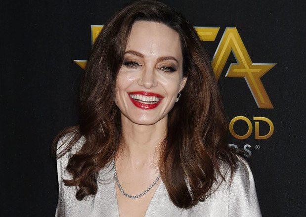 Анджелина улыбается