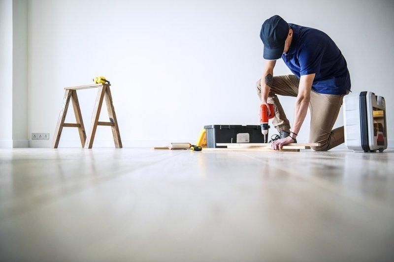 Мужчина делает ремонт в доме