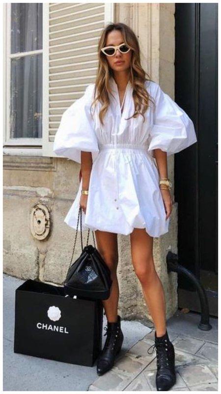 Белое платье и черные казаки образ на лето