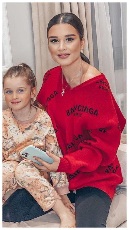 Бородина в красном свитере