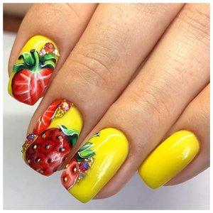 Желтые ногти с клубникой