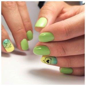 Нежный зеленые ногти с авокадо