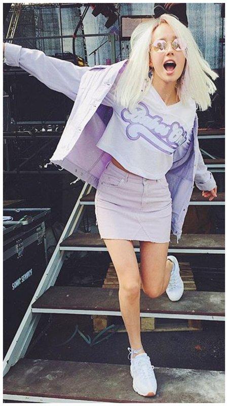 Клава Кока с лиловом костюме