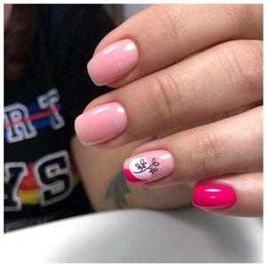 Нюдовые ногти с розовым рисунком