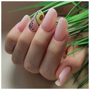 Нюдовые ногти с авокадо