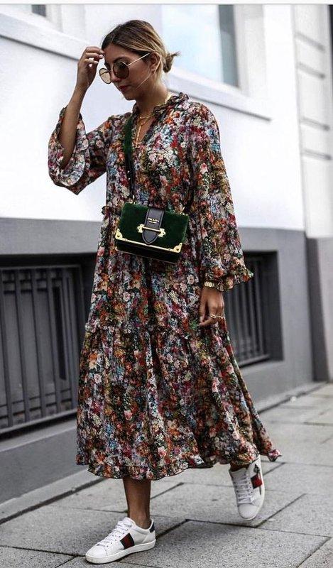 Летнее легкое платье с кедами
